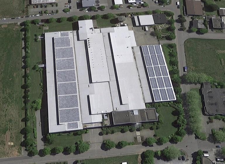 Die Photovoltaik-Anlage auf dem JOKER Firmengebäude von oben