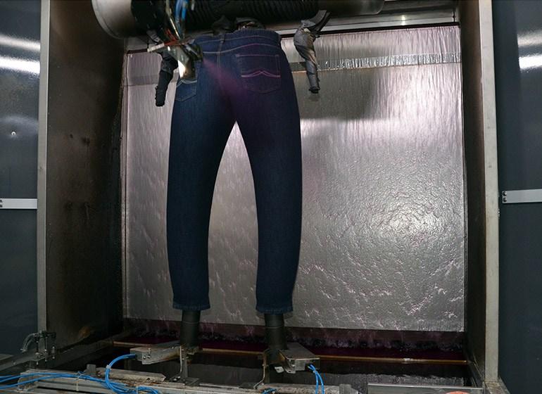 Ein Roboter trägt gezielt an einzelnen Stellen Bleichmittel auf
